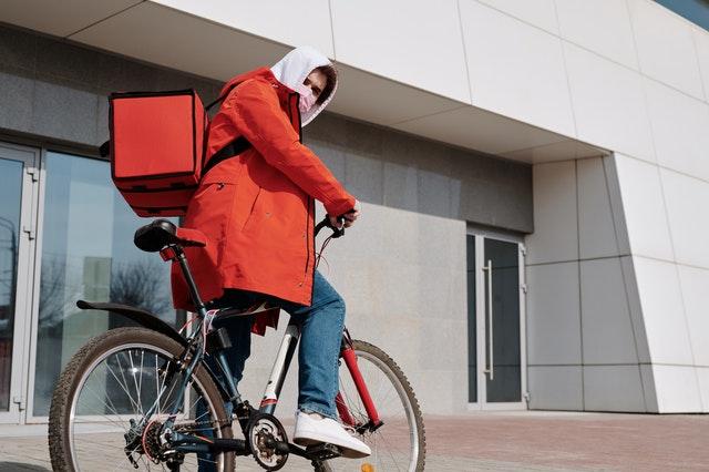 Een fietskoerier in Enschede
